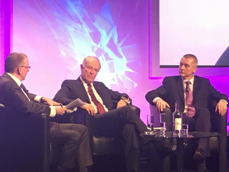 Tim Clark, Emirates (al centro) e Willie Walsh, IAG (a destra) al Wtm 2016